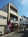外観写真・・・多くの参拝客でにぎわう伏見稲荷大社参道の店舗です。
