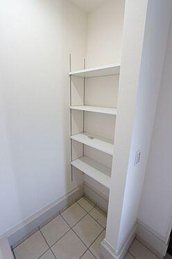 戸建賃貸-北葛城郡広陵町大字三吉 シューズクロークの棚は可動式。お好きなレイアウトでご利用下さい。(同仕様)