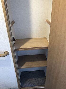 中古マンション-桜井市大字谷 玄関横の物入は棚の位置を変更できます。取り払ってモップや掃除機など背の高い物の定位置になさっても良いですね。