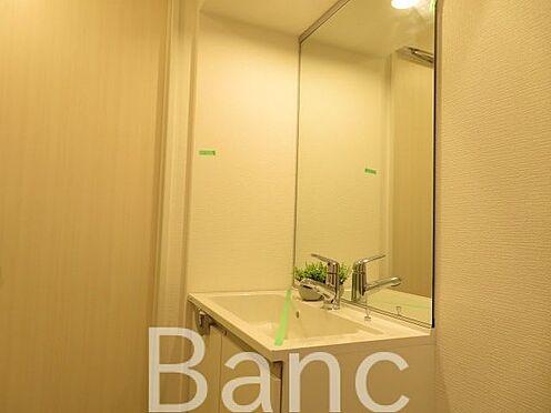 中古マンション-千代田区神田東松下町 大きな鏡の独立洗面台です。