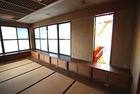 中古一戸建て-橿原市十市町 はめ込み窓にはステンドグラスがあしらわれた豪華な造りです。玄関脇に位置しており、応接室としてもご利用頂けます。