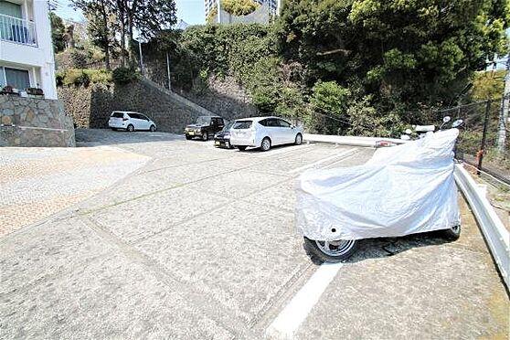 中古マンション-熱海市春日町 駐車場:駐車場:1泊300円・日帰り200円でご利用いただけます。バイク置場もあり便利ですね。