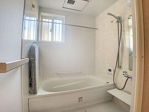 中古一戸建て-名古屋市守山区鳥羽見3丁目 クッション性のある断熱床や湯が冷めにくい魔法瓶浴槽を使用する事で、寒い日でもヒヤッとせず快適に入浴いただけます。