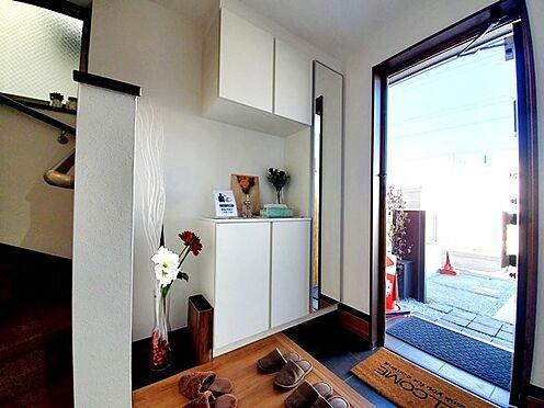新築一戸建て-八王子市堀之内2丁目 大型シューズボックスがお出迎えする玄関スペース!
