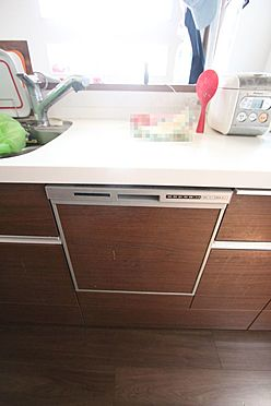 中古一戸建て-大和高田市三和町 食器洗浄乾燥機は、家事の負担を軽減します。高温のお湯と水圧で洗浄しますので手洗いよりも清潔!忙しい奥様に嬉しい設備ですね。