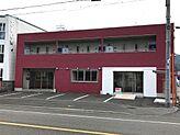 駐車場は、建物東側と西側で、合計13台有ります。