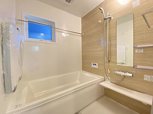 新築一戸建て-知多市にしの台1丁目 足を伸ばしてゆっくりくつろげる浴槽サイズ。滑りにくい設計でお子様とのお風呂も安心です。