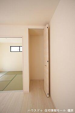 戸建賃貸-磯城郡田原本町大字阪手 リビングにも大容量の収納スペースを確保しております。