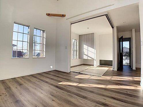 新築一戸建て-名古屋市守山区小幡北 隣接しているお部屋の仕切りを開けるとリビングがより広い空間になります。