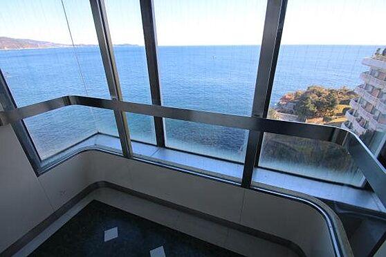 リゾートマンション-熱海市上多賀 エレベーター:海を見ながらEVで移動ができるシースルーになっております。