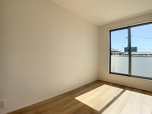 新築一戸建て-名古屋市守山区瀬古1丁目 大きな窓から光が差し込みます。