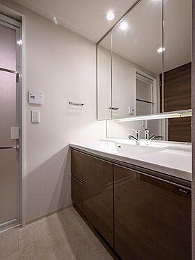 中古マンション-品川区勝島1丁目 【Wash basin】二人で並んでも使いやすい、化粧品の整理に便利な収納付きの三面鏡を採用。