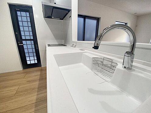 新築一戸建て-福岡市西区拾六町4丁目 タッチレス水栓、人造大理石一体型シンク採用でより快適なキッチン。家事の時短に食洗機付き。