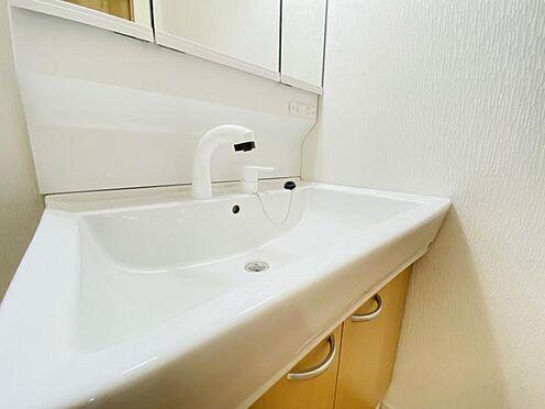 戸建賃貸-春日井市上条町2丁目 清潔感溢れるスタイリッシュなデザインの洗面化粧台。