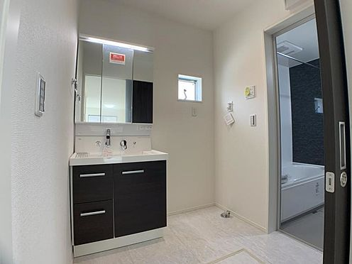 新築一戸建て-名古屋市中村区城屋敷町4丁目 ※他現場の同仕様写真です。三面鏡付き洗面台。掃除も楽々