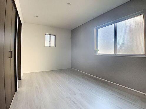新築一戸建て-名古屋市守山区天子田1丁目 2か所の窓と大きめのクローゼットがついている洋室です。