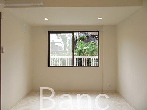 中古マンション-港区三田4丁目 明るい日差しが差し込む洋室