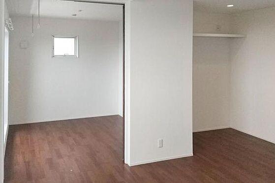 建物全部その他-新座市石神4丁目 リビングに隣接した洋室の引き戸を開放することで、より開放的な空間を演出できます。