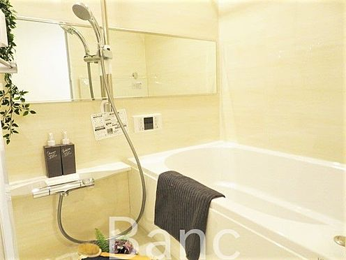 区分マンション-横浜市保土ケ谷区和田2丁目 ホワイト化で統一され、清潔な雰囲気のバスルーム。