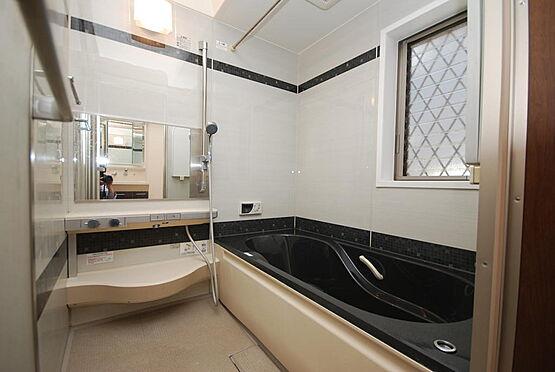 店舗付住宅(建物全部)-さいたま市北区日進町3丁目 浴室は1坪タイプのユニットバスです。窓がついています。水栓はボタン式なので節水性能も良好です。浴室換気暖房乾燥機付でとても便利です。