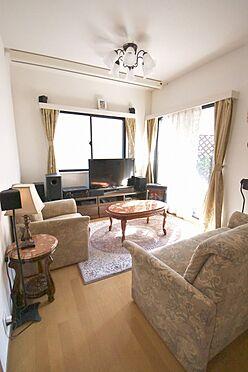 区分マンション-港区三田3丁目 リビングには床暖房が設置されているので、冬は暖かくお過ごしいただけます。