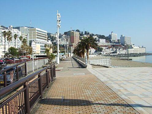 中古マンション-熱海市熱海 サンビーチの様子です。ジョギングや散歩など、ゆっくりと運動されている方などがよく見かけられます。