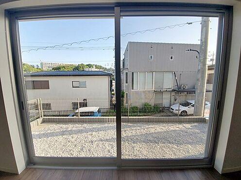 新築一戸建て-町田市金井7丁目 リビングの窓の外に庭先が広がるロケーションを感じて頂きたく敢えてリビング側から撮影してみました。