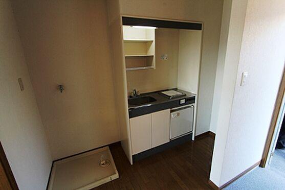 マンション(建物全部)-箕面市粟生間谷西3丁目 キッチンと洗濯機置き場です。