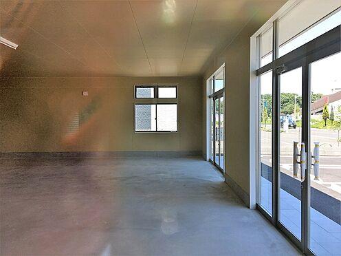 店舗(建物全部)-つくば市学園の森1丁目 外光を取り入れるサイドにも窓を設けました。