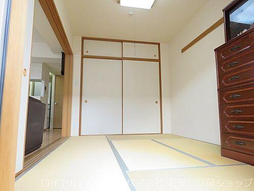 中古マンション-川崎市高津区新作5丁目 南向き陽当り良好な6帖の和室です。とてもきれいにご使用されています。