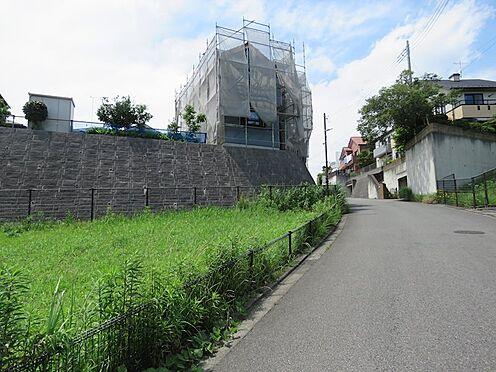 新築一戸建て-町田市小山町 東側の道路から2号棟を望む