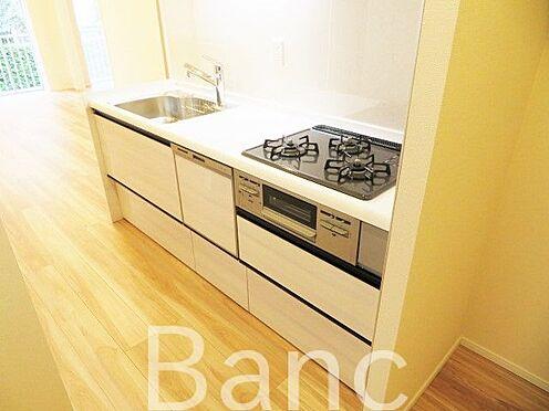 中古マンション-渋谷区代々木4丁目 食器洗浄機付きシステムキッチン3口ガスコンロ、グリル付きでお料理も捗ります。
