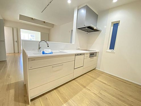 新築一戸建て-知多市にしの台1丁目 タッチレス水栓、人造大理石一体型シンク採用でより快適なキッチン。家事の時短に食洗機付き。