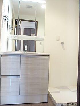 中古マンション-八王子市別所1丁目 洗面の隣に洗濯機置き場があります。