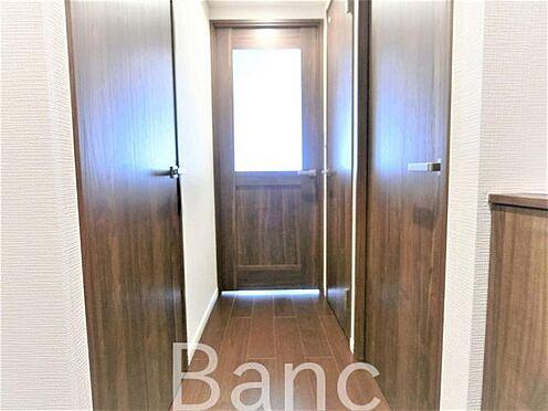 中古マンション-葛飾区水元1丁目 玄関から見て右の扉が洋室4帖のお部屋、左の扉が洗面室、ランドリーコーナー、浴室になります。右奥扉はトイレ、正面扉はダイニングへ。