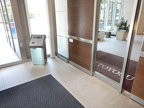 中古マンション-江東区豊洲3丁目 オートロック、扉を開くとコンシェルジュカウンターが目に入ります。