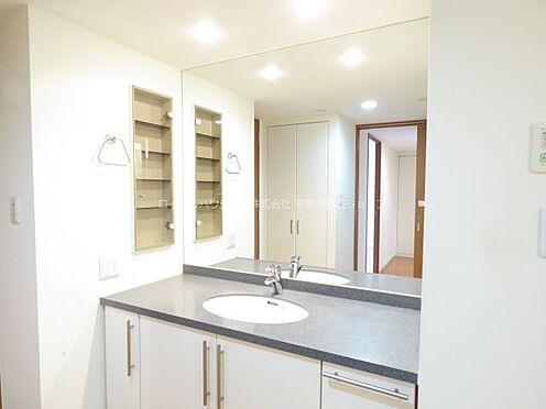 中古マンション-稲城市若葉台2丁目 贅沢な1枚鏡と大理石調のカウンターが高級感漂う洗面台
