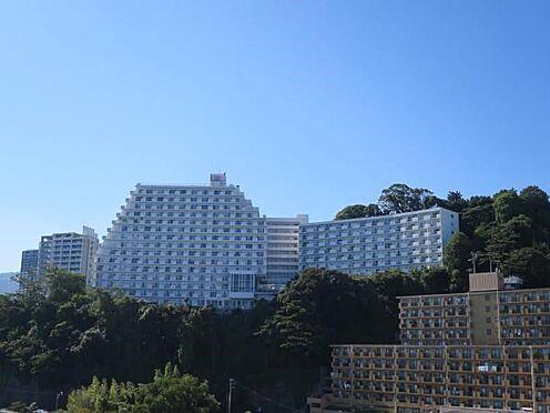 中古マンション-熱海市海光町 マンションを東側から撮影。世帯数は400世帯を超える、大型マンションになります。