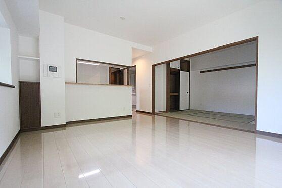中古マンション-福岡市中央区谷2丁目 14.5帖のリビングは和室が隣接しており、より広く使いえますよ♪
