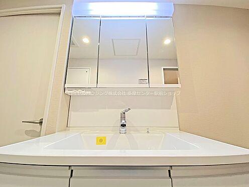 中古マンション-多摩市鶴牧3丁目 横に広い洗面台。もちろん三面鏡の後ろにもたっぷり収納が設置されています。