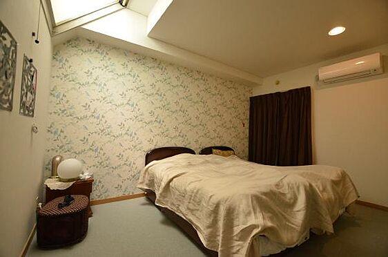 リゾートマンション-熱海市熱海 洋室です。天窓からは日中は明るい日差しが室内を柔らかく照らします。