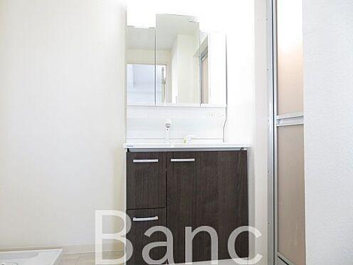 中古マンション-目黒区下目黒3丁目 使い勝手の良い独立洗面台 お気軽にお問合せくださいませ。