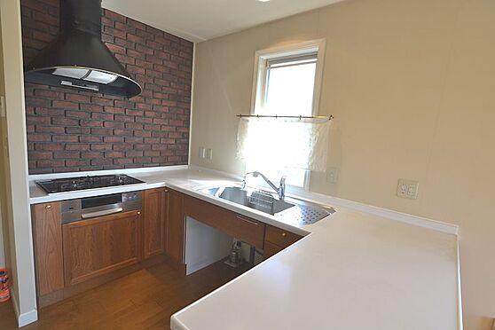 中古一戸建て-稲城市長峰2丁目 コの字型キッチンは調理スペースも広く、窓もあって換気もできます。