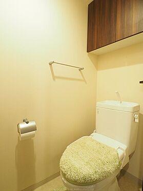 中古マンション-市川市島尻 建具とお揃いの収納が付いたトイレです。
