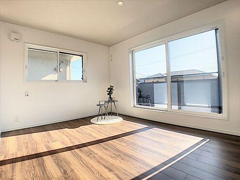 戸建賃貸-西尾市吉良町木田祐言 バルコニーに面した洋室は採光・通風に優れた心地よい空間です。