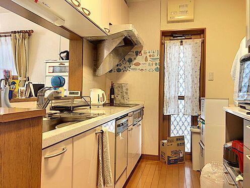 中古一戸建て-岡崎市上地2丁目 キッチンには勝手口が付き、カースペースからの機能的な動線を確保