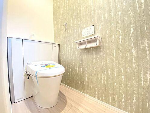 新築一戸建て-福岡市南区西長住3丁目 収納一体型トイレとなっているので、掃除道具などを収納しスッキリとさせることが出来ます。(1階のみ)