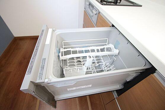 新築一戸建て-橿原市曽我町 食器洗浄乾燥機は、家事の負担を軽減します。高温のお湯と水圧で洗浄しますので手洗いよりも清潔!忙しい奥様に嬉しい設備ですね。