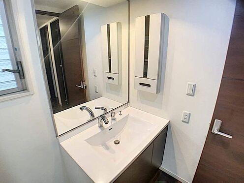 中古一戸建て-名古屋市北区八代町1丁目 大きな鏡が印象的な洗面台。洗面台が2つあるので時間が重なる朝も快適に過ごすことができます。