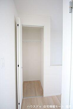 戸建賃貸-磯城郡田原本町大字阪手 1階廊下にも収納がございます。モップや掃除機など背の高い物の定位置にいかがでしょうか?(同仕様)